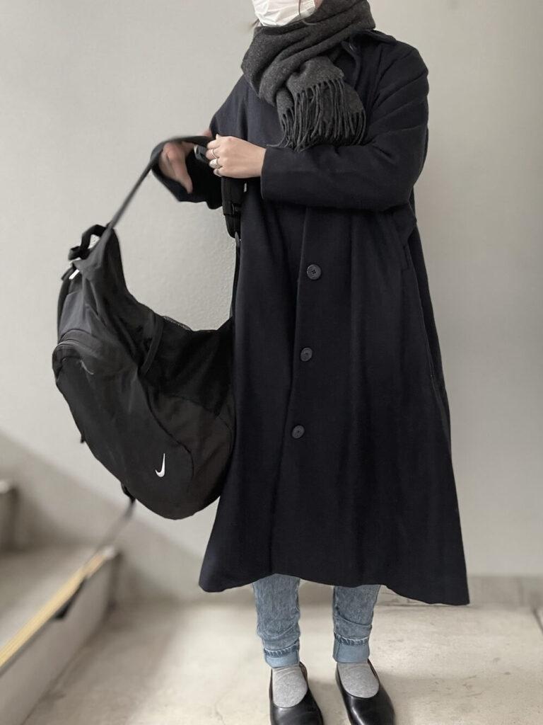黒のステンカラーコート×デニム×バレエシューズ×グレーのマフラー・ストールのレディースコーデ
