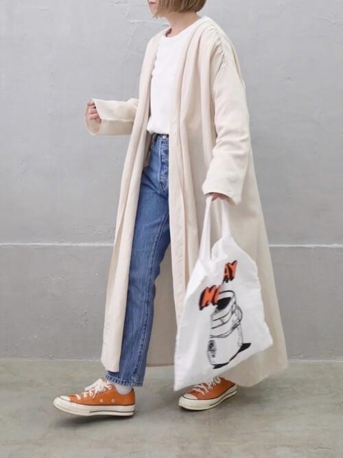 ガウンコート×白のTシャツ×デニムパンツ×オレンジスニーカー