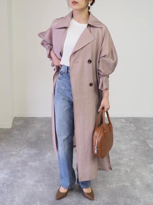 ピンクのトレンチコート×白のTシャツ×デニムパンツ×ブラウンのパンプス×ブラウンのバッグ