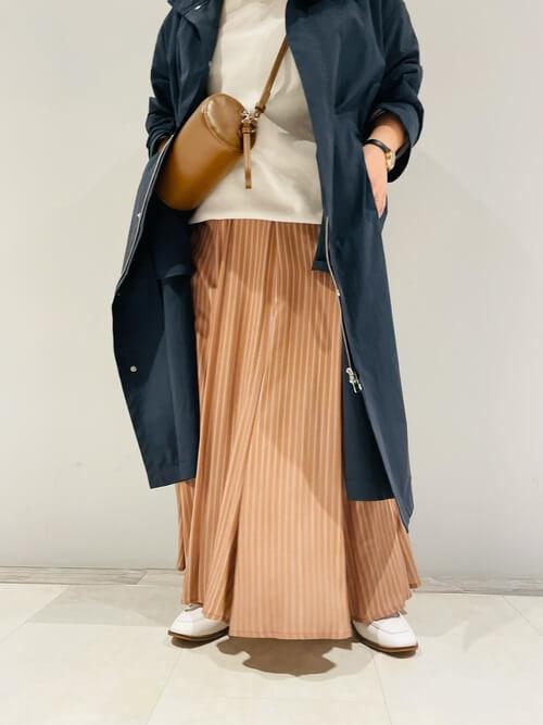 ネイビーのモッズコート×ベージュのニット×ブラウンのスカート×白のローファー