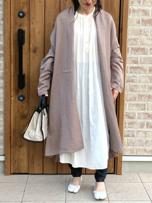 ガウンコート×白のシャツワンピ×黒のパンツ×白の足袋パンプス