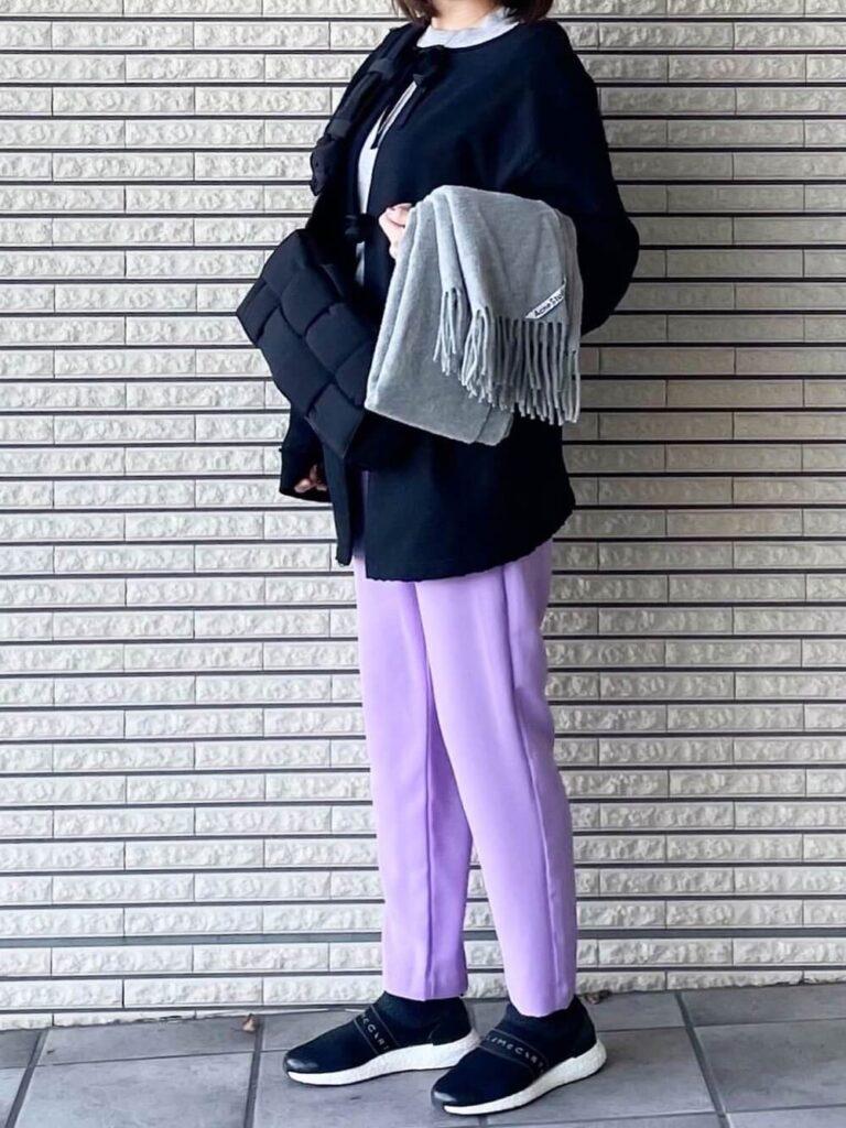 グレーのカットソー×ノーカラーコート×紫のテーパードパンツ×スニーカー×グレーのマフラー・ストールのレディースコーデ