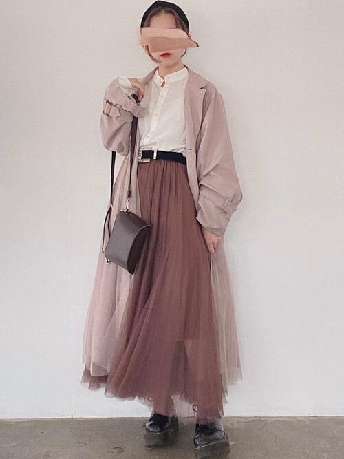 ピンクのトレンチコート×白のシャツ×ピンクのチュールスカート×黒のブーツ