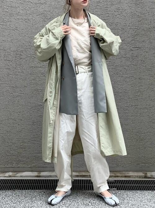 カーキのモッズコート×グレーのジャケット×ベージュのTシャツ×白のパンツ×シルバーの足袋パンプス