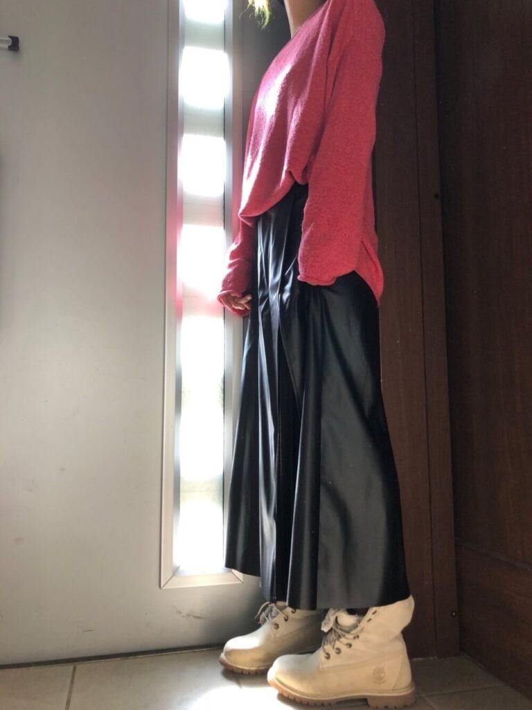 ピンクのニット×レザースカート×ティンバーランドブーツのレディースコーデ