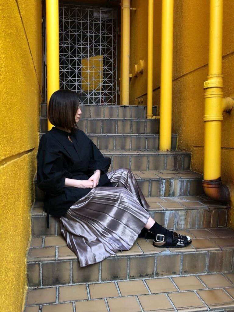 黒のオーバーブラウス×黒のサンダル×メタリックスカートのコーデ
