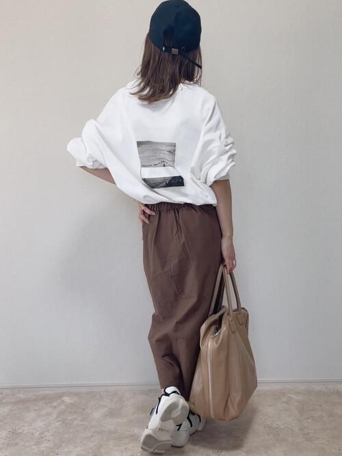 フロントボタンスカート×白のロゴスエット×白のスニーカー