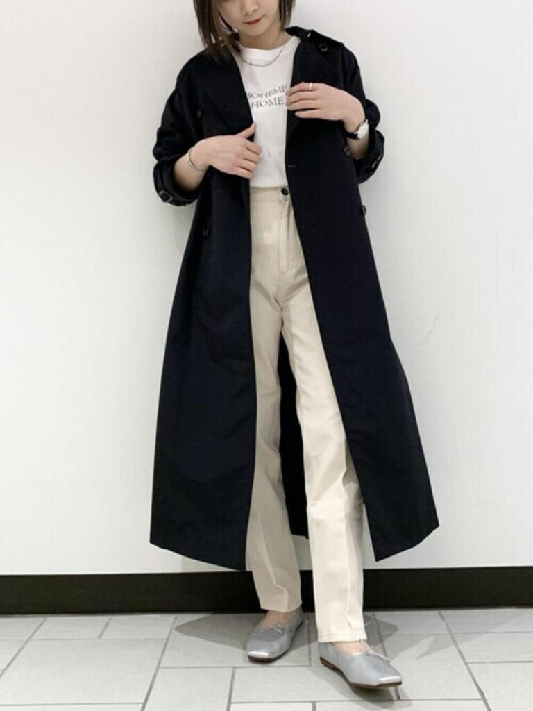 白のカットソー×ベージュのデニムパンツ×パンプス×ネイビーのトレンチコートの秋冬コーデ