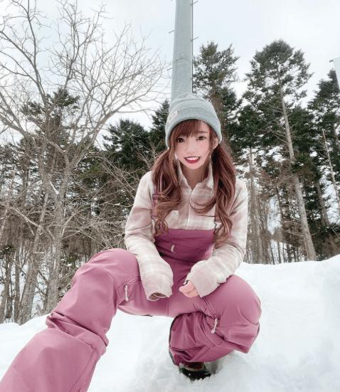 スノーボードウェアの着こなし:襟付きジャケット×ビブパンツ