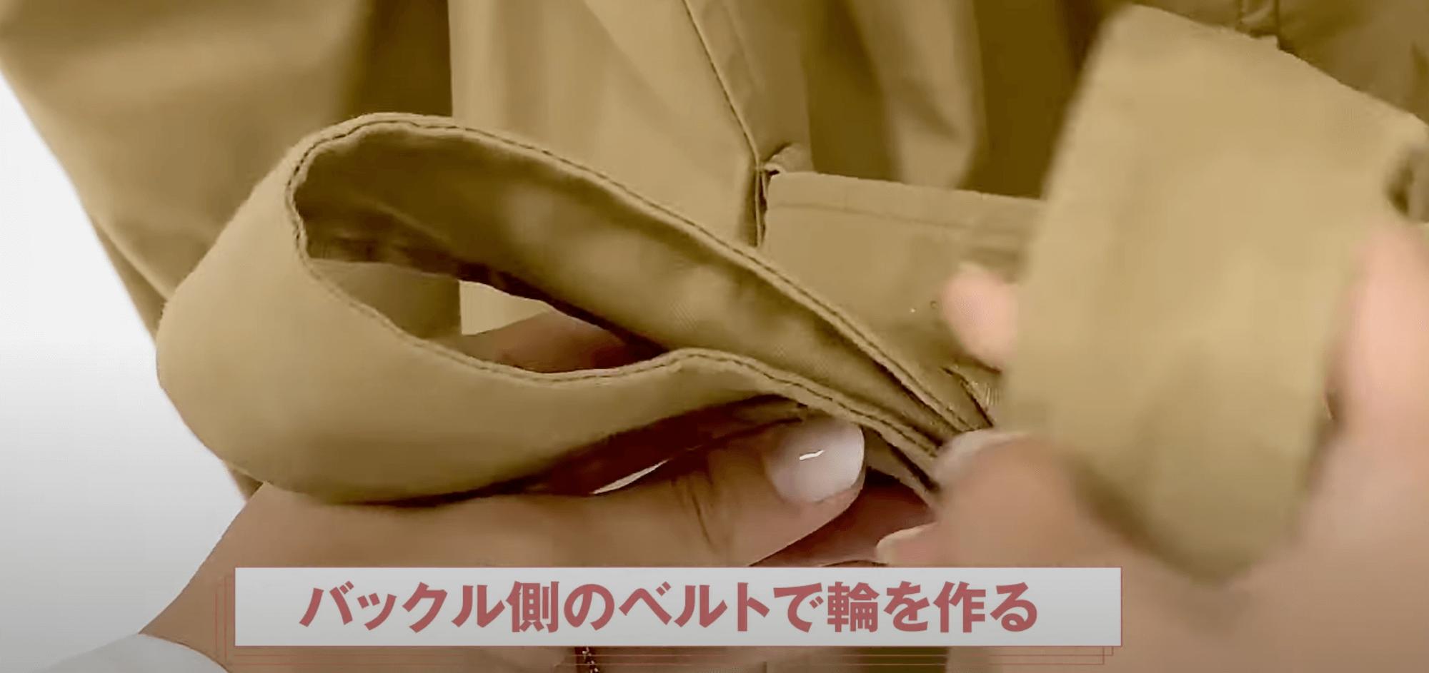 バックリボン結びの順番③:バックル側のベルトで輪を作る
