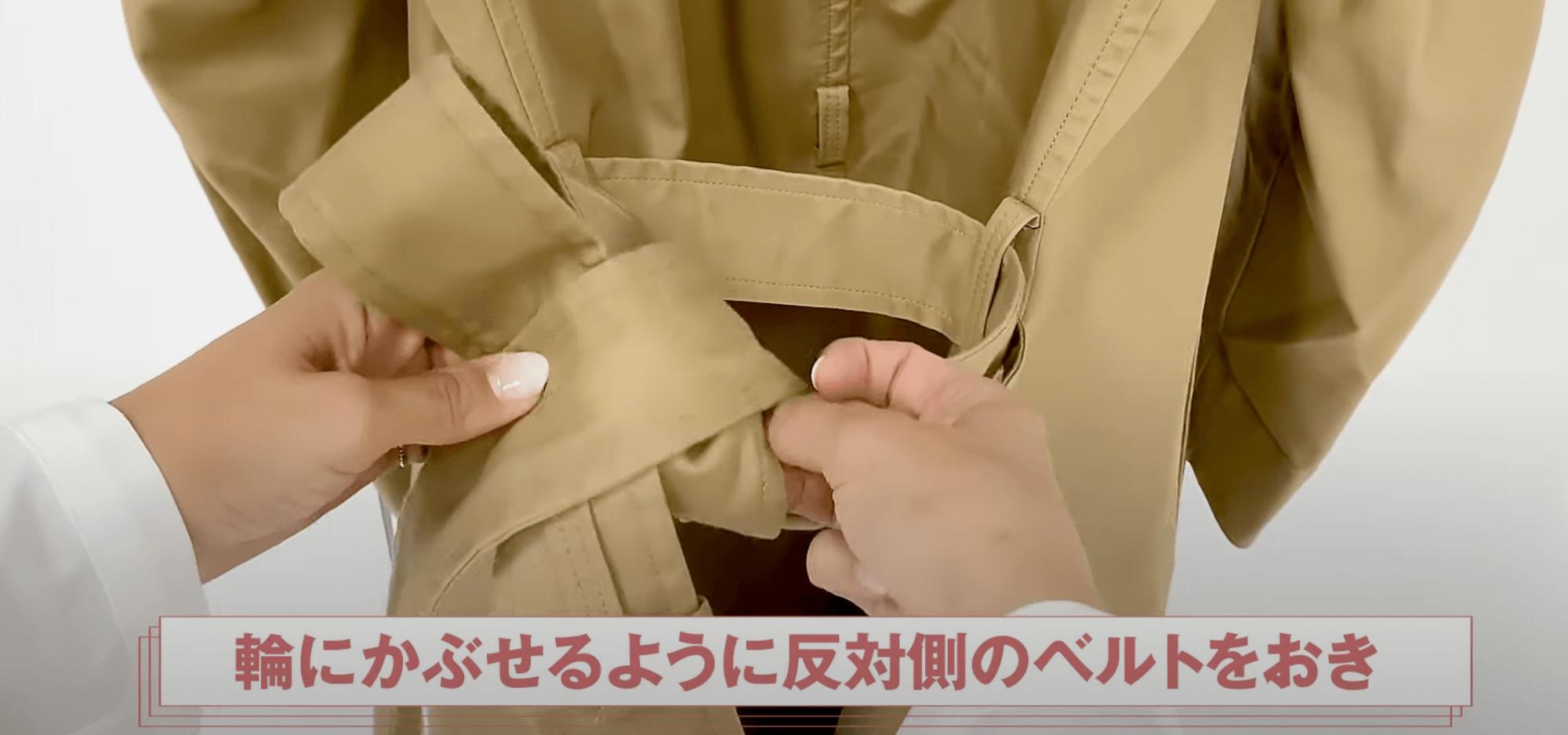 バックリボン結びの順番④:輪にかぶせるように反対側のベルトをおく