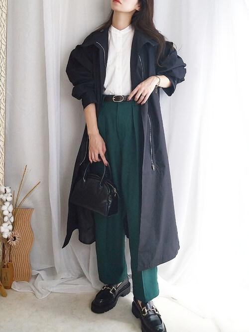 黒のトレンチコート×白のシャツ×グリーンのパンツ×黒のローファー