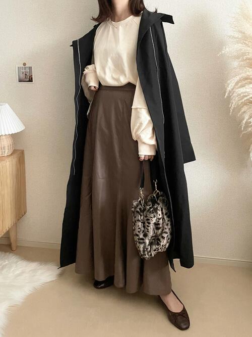 黒のトレンチコート×ベージュのスエット×ブラウンのスカート×ブラウンのパンプス