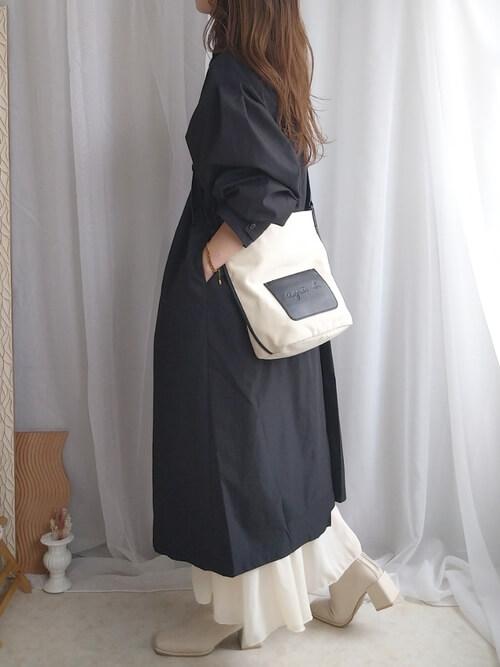 黒のトレンチコート×白のティアードワンピース×ベージュのブーツ