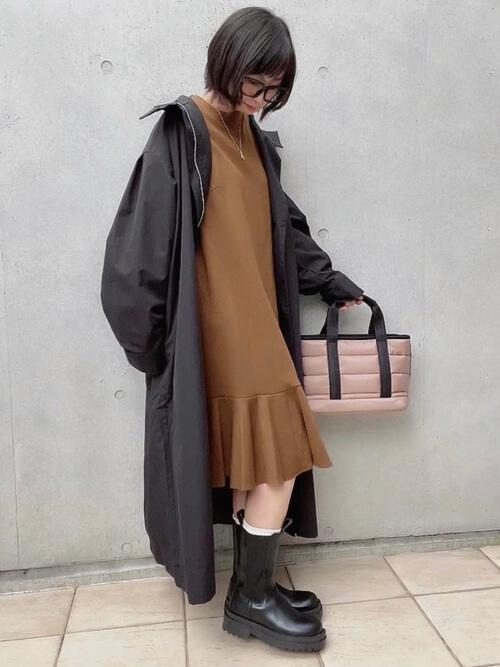 黒のトレンチコート×ブラウンのワンピース×黒のブーツ×ピンクのバッグ