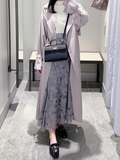 グレーのトレンチコート×白のニット×グレーの総柄スカート×黒のローファー