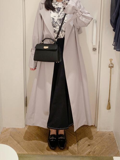グレーのトレンチコート×花柄のブラウス×デニムスカート×黒のローファー