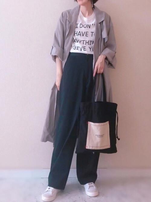 グレーのトレンチコート×>白のロゴTシャツ×黒のワイドパンツ×白のスニーカー