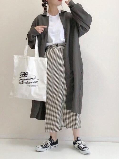 グレーのトレンチコート×白のTシャツ×チェックのタイトスカート×黒のスニーカー