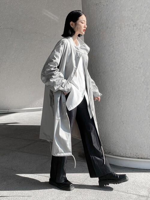 グレーのトレンチコート×白のシャツ×デニムパンツ×黒のブーツ
