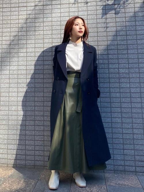 ネイビーのトレンチコート×白のブラウス×グリーンのスカート×白のブーツ