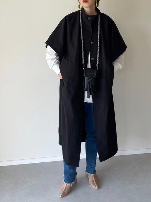 黒のトレンチコート×白のロンT×デニムパンツ×ベージュのブーツ