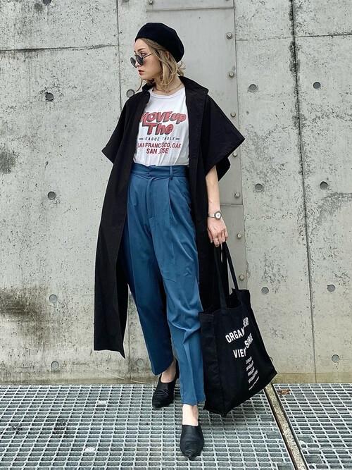 黒のトレンチコート×白のロゴTシャツ×青のパンツ×黒のブーツ