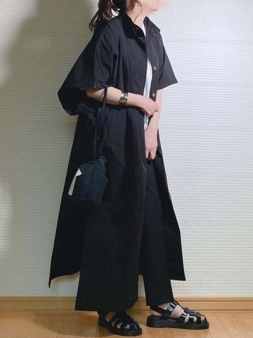 黒のトレンチコート×白のTシャツ×黒のパンツ×黒のサンダル