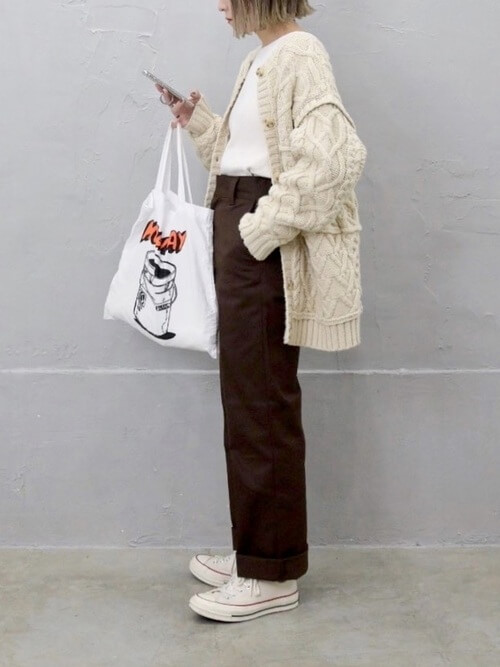 ベージュのロング丈のカーディガン×白のTシャツ×ブラウンのパンツ×白のスニーカー