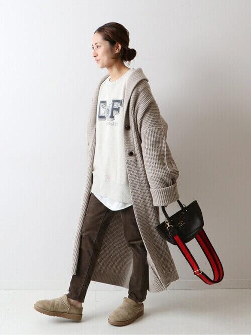ベージュのロング丈のカーディガン×白のスエット×ブラウンのパンツ×ベージュの靴