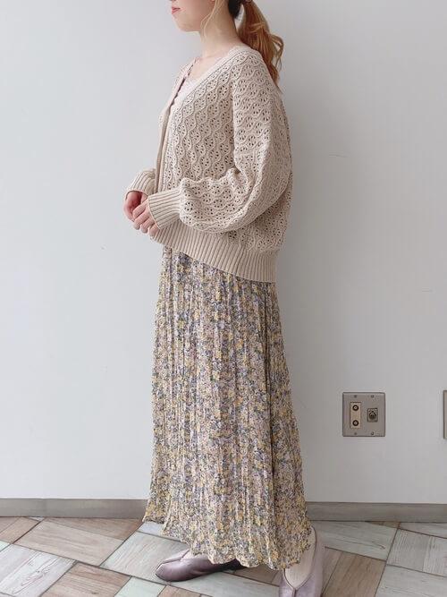 ベージュのショート丈のカーディガン×ベージュのタンクトップ×ベージュの花柄スカート×パープルのバレエシューズ