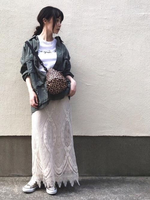 レーススカート×スニーカー×ミリタリージャケット×白のロゴTシャツ×レオパードバッグ