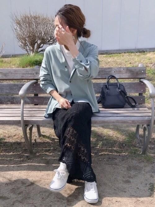 レーススカート×スニーカー×グリーンのオープンカラーシャツ×白Tシャツ