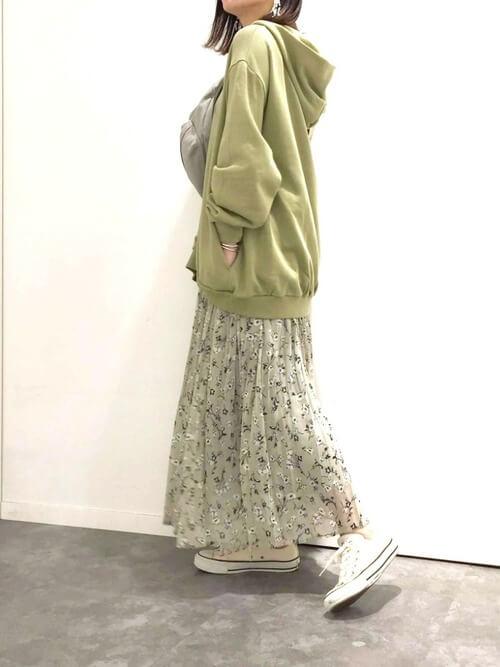 グリーンのパーカー×グリーンの花柄スカート×白スニーカー