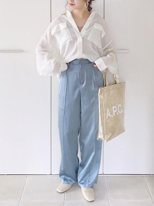 白のオーバーサイズシアーシャツ×ブルーパンツ×ベージュのパンツ×メタリックトートバッグ