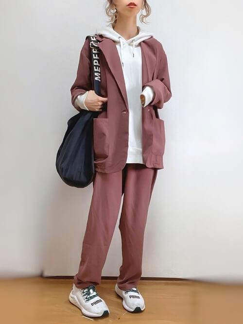 ブラウンのジャケットとパンツのセットアップ×白のパーカー