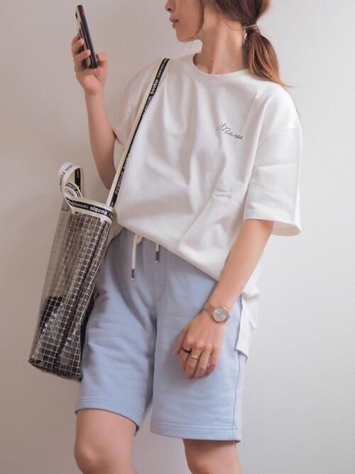 白のビッグTシャツ×アイスブルーのハーフパンツ