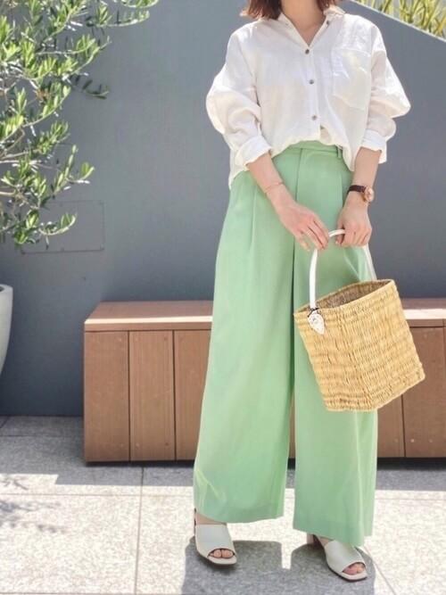 白のシャツ×ライトグリーンのワイドパンツ×白のサンダル