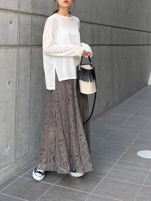 レーススカート×スニーカー×白のシアーカットソー×白のバッグ