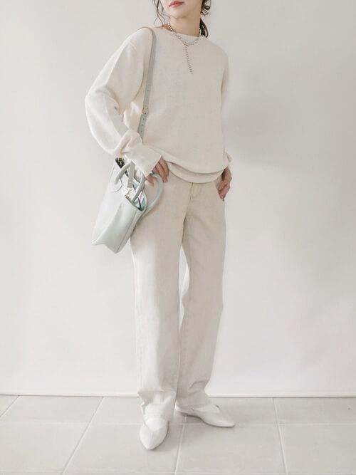 白ニット×白のパンツ×白のパンプス