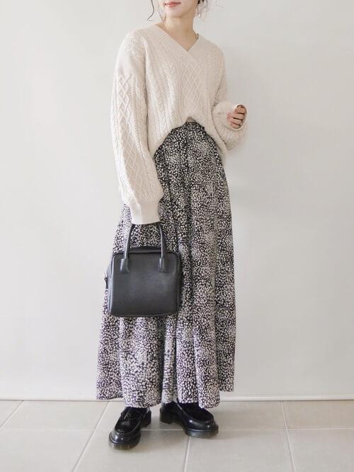 白のVネックニット×花柄スカート×黒のローファー