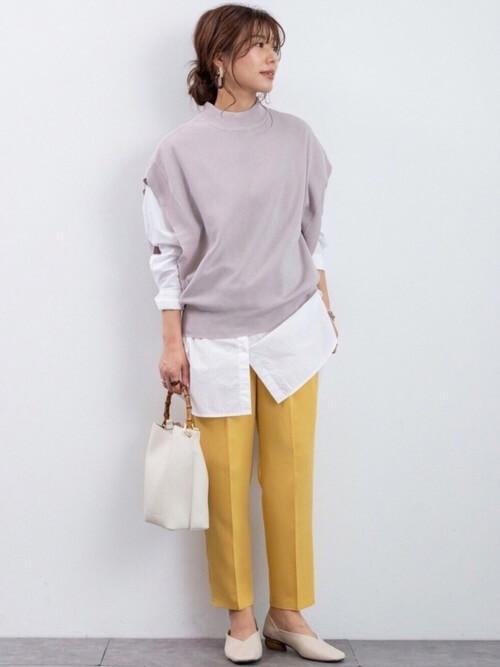 白のバンドカラーシャツ×グレーのニットベスト×イエローのタックパンツ