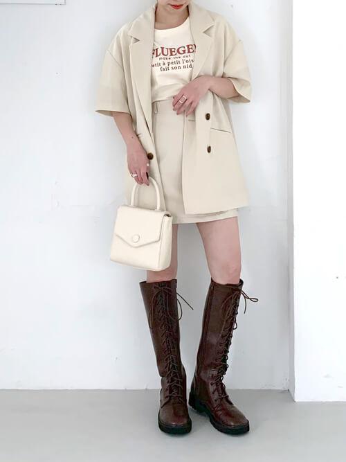 ロングブーツ×ベージュのジャケット×ベージュのTシャツ×ベージュのスカート