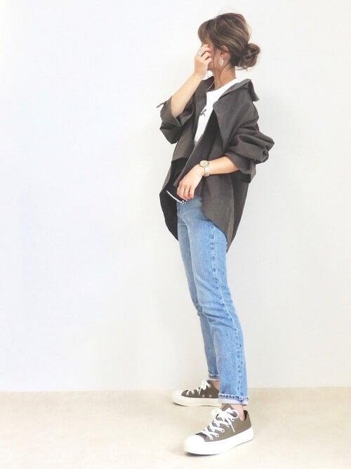 トレンチコート×白のTシャツ×デニムパンツ×黒のスニーカー