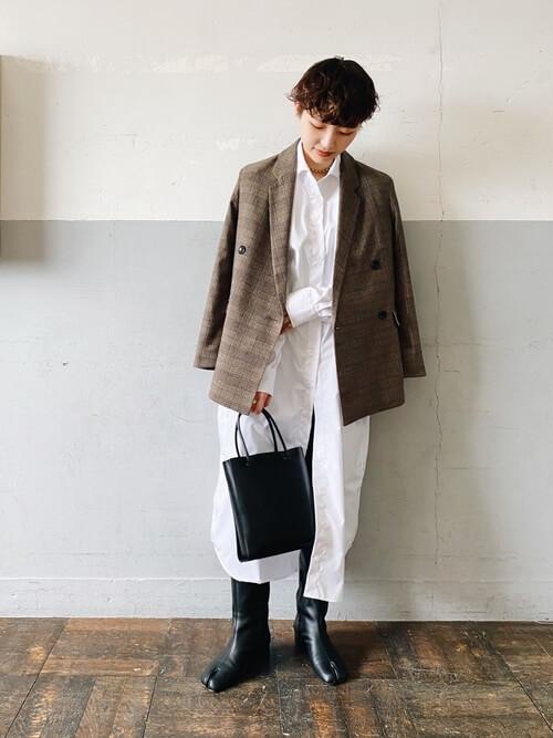 ロングブーツ×チェックのジャケット×白のシャツワンピ×黒のバッグ