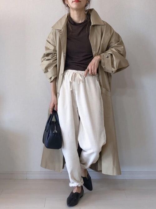 トレンチコート×ブラウンのTシャツ×白のコーデュロイパンツ×黒のローファー