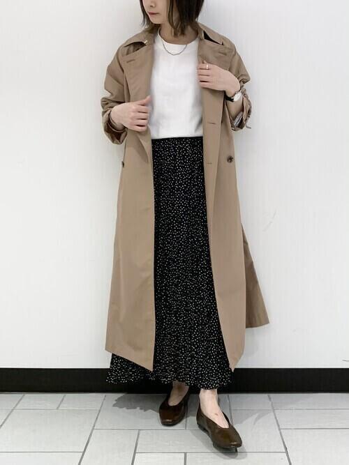 トレンチコート×白のカットソー×黒のドットプリーツスカート
