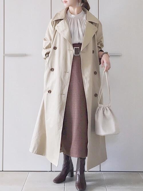 トレンチコート×白のブラウス×ピンクのスカート×ブラウンのブーツ