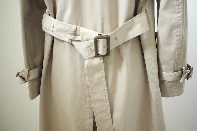 トレンチコートのベルトの結び方:バックのワンテール結び