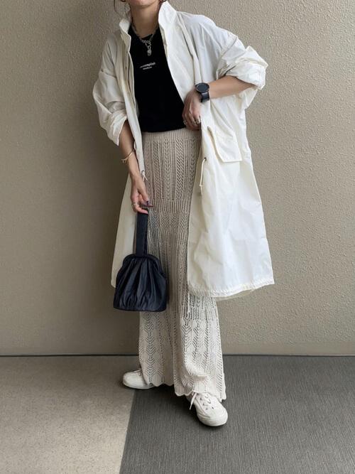 白のモッズコート×黒のロゴTシャツ×ベージュの透かし編みスカート×白のスニーカー